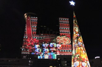 Christmas adventures of the beloved Santa Bear and Fang Tou Bear family are projected onto the façade of the 30-storey New Taipei City Hall building (Photo courtesy of Hexogon Solution)