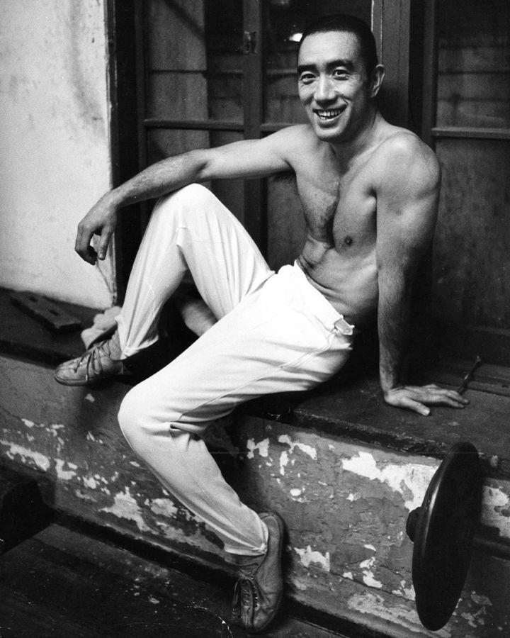 Daha sonraki yıllarda, Mishima zayıf fiziğine toplu eklemek için vücut geliştirmeye başladı (Kredi: Getty Images)