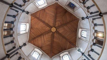 Espaços redondos, como a nave da igreja do século 12, naturalmente atraem seu olhar para cima (Crédito: Amanda Ruggeri)