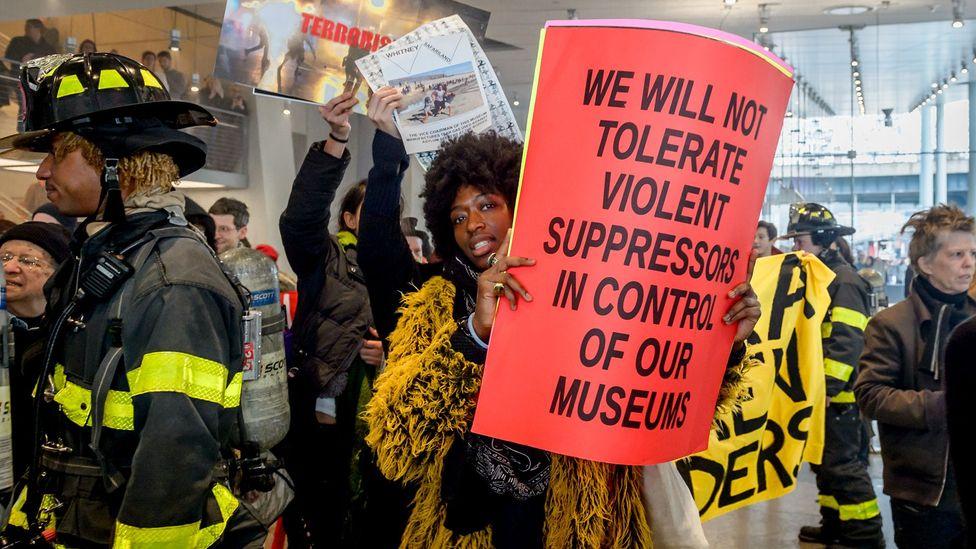 Aktivistler, New York'un Whitney Müzesi'ndeki bu yeri sömürgeleştiriyor protesto (Kredi: Getty)
