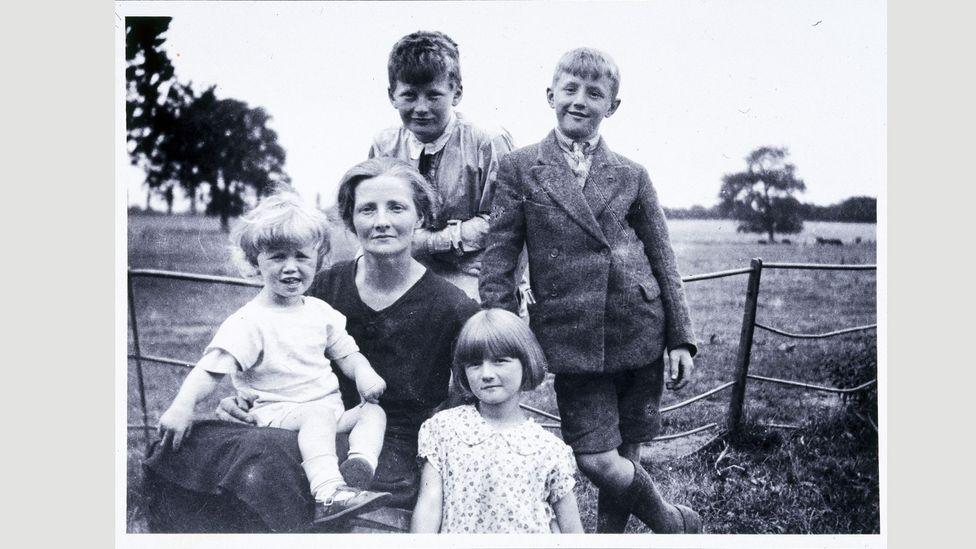Annesi ve kardeşleriyle birlikte resmedilen Clarke - (üstte), 1917'de Somerset'te doğdu;  West Country ünlülerini hiç kaybetmedi (Kredi: Getty)