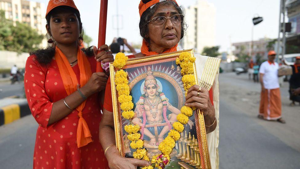 Dini adanmışlar, Hindistan'ın Kerala'daki bir Hindu tapınağına girme yasağını kaldıran 10 ila 50 yaş arasındaki kadınlara yönelik yasağı protesto etti (Kredi: Getty)