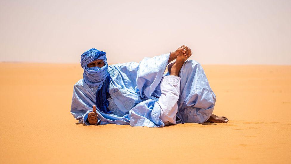 Les hommes portent fièrement des daraas bleus à Nouakchott (Crédit: Juan Martinez)