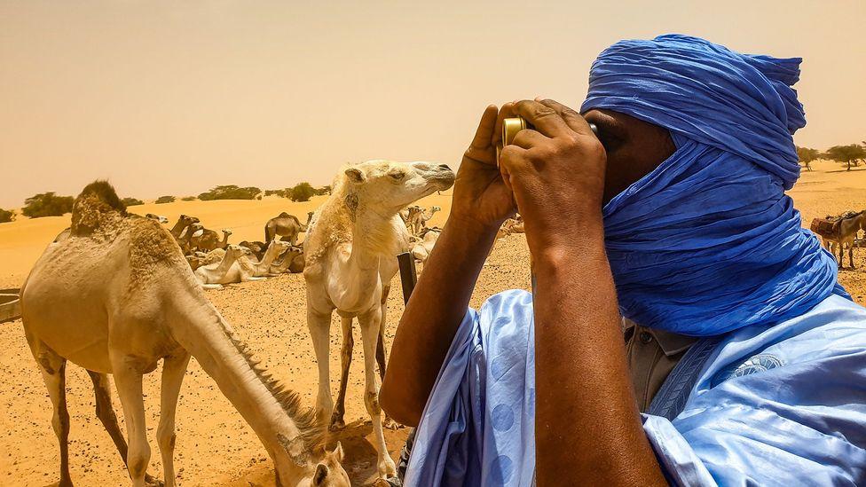 Les daraa et les tagelmusts sont deux vêtements de base pour les hommes traditionnellement nomades du Sahara (Crédit: Juan Martinez)