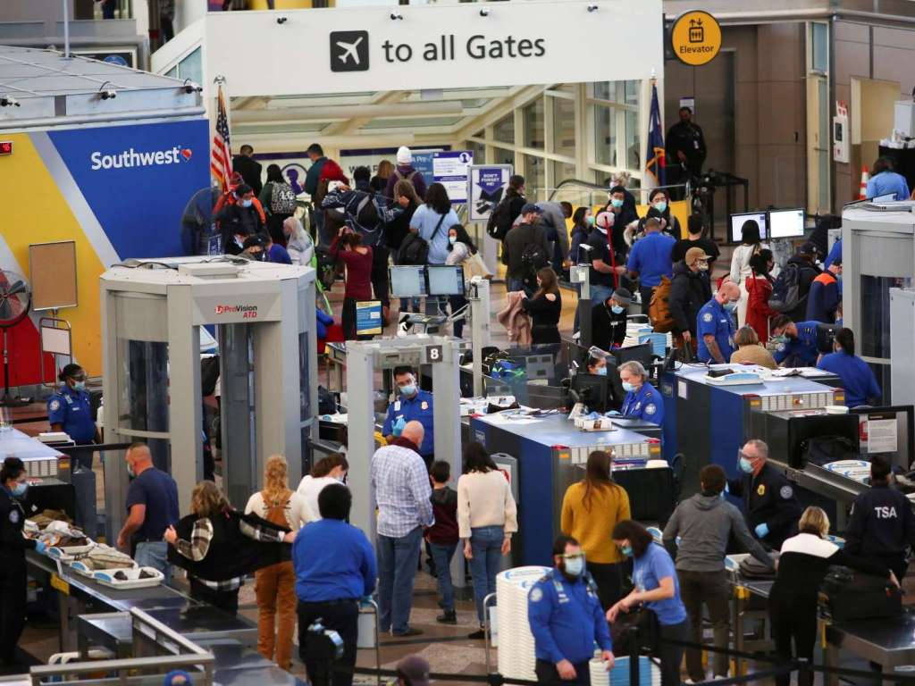 More than 8 million Americans travel by plane during the holiday. Fauci: The epidemic may break out one after another.