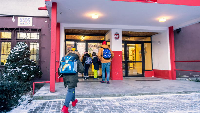 Polish junior students return to school, teachers will be vaccinated in April