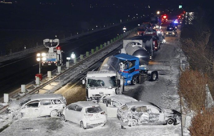 1 dead and 17 injured! Heavy snow in northeast Japan caused 130 cars to collide on the highway.
