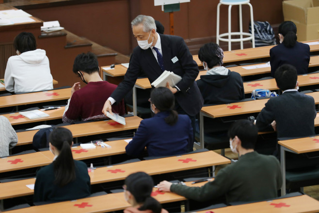 """530,000 Japanese candidates wear masks to take part in the """"college entrance examination"""". Some test sites have been postponed due to the blizzard."""