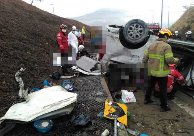 A serious car accident occurred on a highway in South Korea, killing and injuring 10 Chinese citizens.