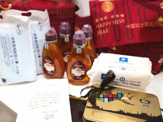 """Mountains and rivers are not separated from each other. The embassy in Turkey distributes """"Spring Festival bags"""" to Chinese citizens."""