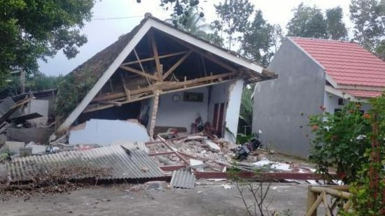 Indonesia's strong earthquake has killed six people. Some buildings have been destroyed and the roofs of houses have collapsed.