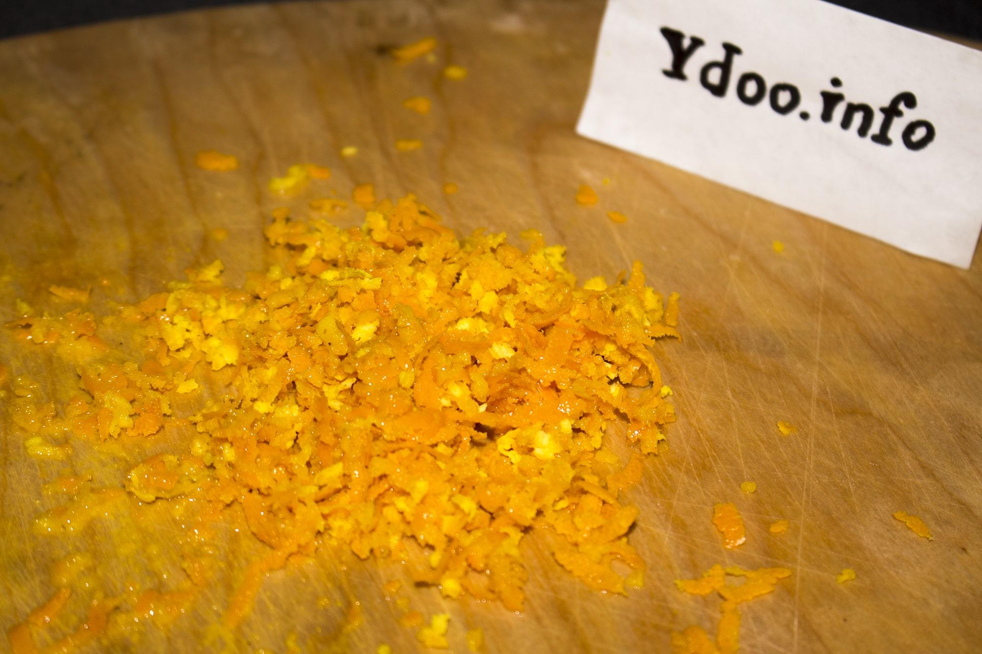 लकड़ी के बोर्ड पर नारंगी ज़ेस्ट्रा terching