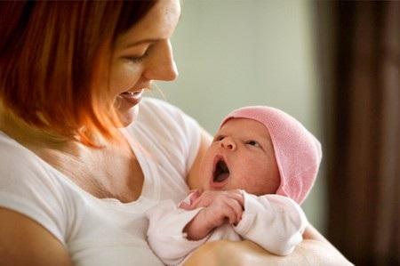 nen choi voi be vao ban ngay Khi bé sơ sinh ngủ ít, ngủ chập chờn