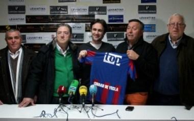 La directiva junto al nuevo entrenador, posando con la elástica azulgrana / Á. Ayala