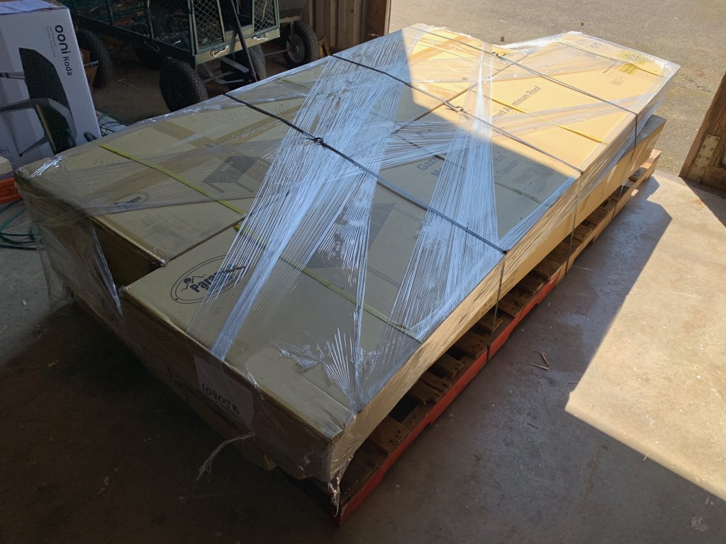 Double pallet of heavy boxes