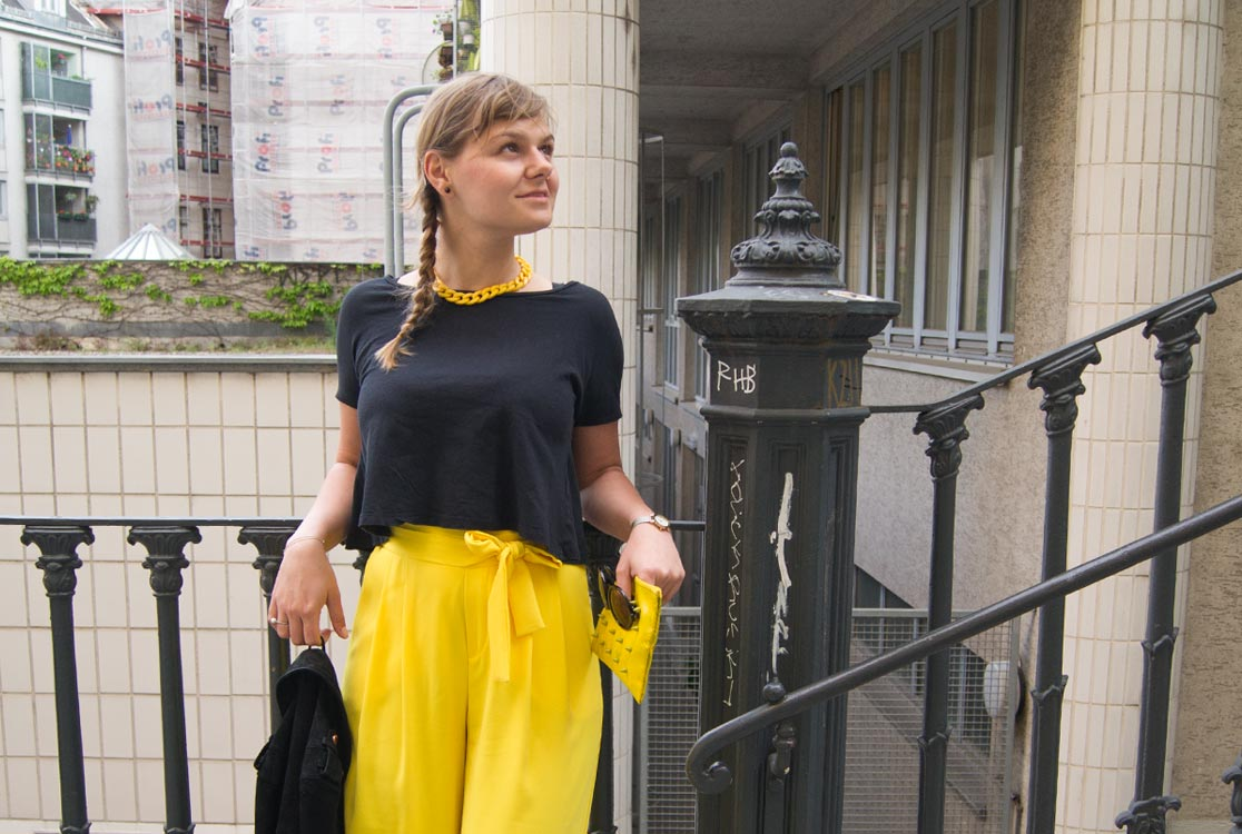 https://i0.wp.com/yellowgirl.at/wp-content/uploads/2017/05/yellowgirl_outfit-gelbe-culotte_1.jpg?fit=1116%2C750&ssl=1