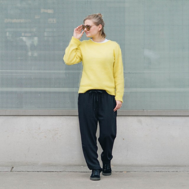 https://i0.wp.com/yellowgirl.at/wp-content/uploads/2018/03/yellowgirl-Stoffhosen-Outfit-Palazzohosegelber-PulloverSamt-SneakerNewLook-Sonnenbrille-9-von-12.jpg?resize=640%2C640&ssl=1