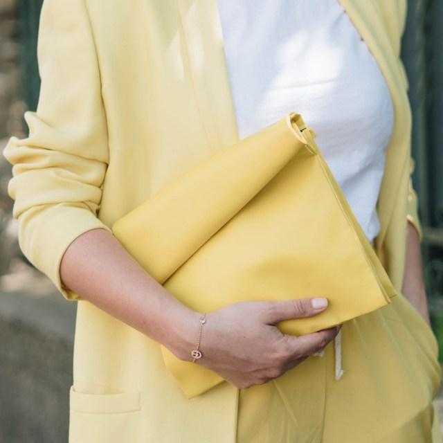 https://i0.wp.com/yellowgirl.at/wp-content/uploads/2018/04/yellowgirl_Stoffhosen-Outfit-in-gelber-Joggerpants-oversize-Blazer-und-Paperbag-in-Pastellgelb-und-bunten-PomPom-Heels-8-von-9.jpg?resize=640%2C640&ssl=1