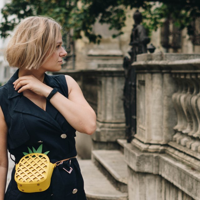 https://i0.wp.com/yellowgirl.at/wp-content/uploads/2018/07/yellowgirl-basicblack-Outfit-in-schwarzem-Safari-Kleid-Ananas-Bauchtasche-Mules-mit-Goldabsatz-und-neuer-Frisur-3-von-10.jpg?resize=640%2C640&ssl=1