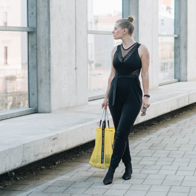 https://i0.wp.com/yellowgirl.at/wp-content/uploads/2018/07/yellowgirl_basicblack-Outfit-im-french-connection-overall-stradivarius-mesh-shopper-und-sommerstiefletten-mit-punkten-12-von-16.jpg?resize=640%2C640&ssl=1