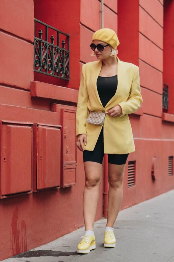 yellowgirl_#Blazer Outfit in gelb mit Radlerhosen Louis Vuitton Bauchtasche Beret und plateau flats-streetstyle-paris (1 von 9)