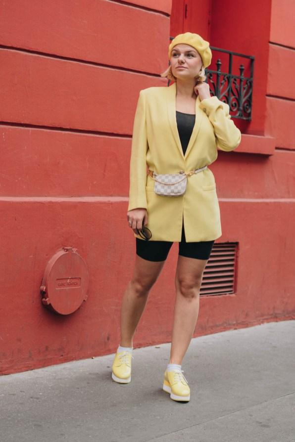 yellowgirl_#Blazer Outfit in gelb mit Radlerhosen Louis Vuitton Bauchtasche Beret und plateau flats-streetstyle-paris (2 von 9)