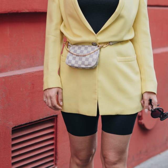 https://i0.wp.com/yellowgirl.at/wp-content/uploads/2018/10/yellowgirl_Blazer-Outfit-in-gelb-mit-Radlerhosen-Louis-Vuitton-Bauchtasche-Beret-und-plateau-flats-streetstyle-paris-6-von-9.jpg?resize=640%2C640&ssl=1