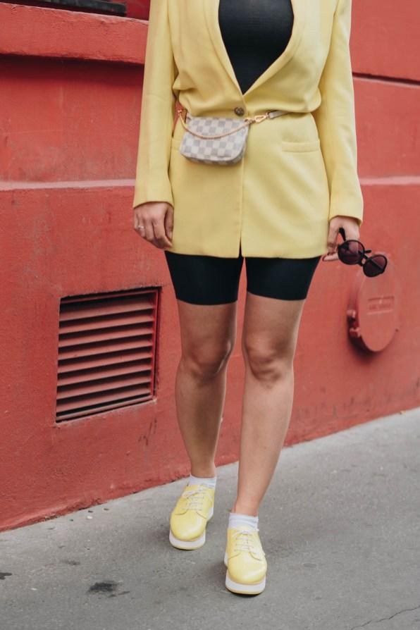 yellowgirl_#Blazer Outfit in gelb mit Radlerhosen Louis Vuitton Bauchtasche Beret und plateau flats-streetstyle-paris (7 von 9)
