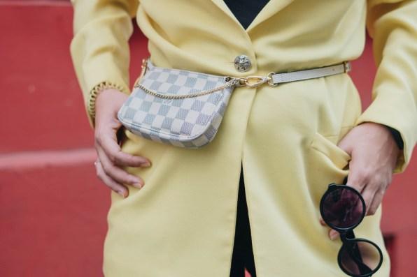 yellowgirl_#Blazer Outfit in gelb mit Radlerhosen Louis Vuitton Bauchtasche Beret und plateau flats-streetstyle-paris (9 von 9)
