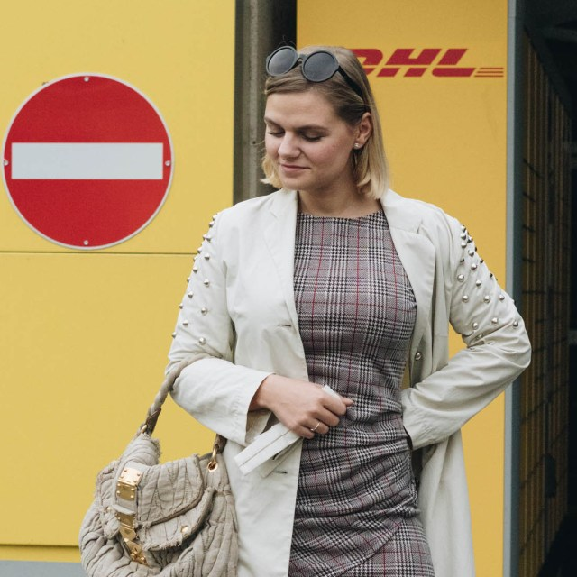 https://i0.wp.com/yellowgirl.at/wp-content/uploads/2018/11/yellowgirl_Mantel-Outfit-in-DIY-Nieten-Trenchcoat-kariertem-Kleid-Miu-miu-Tasche-und-nude-platform-lack-sneakers-Q.jpg?resize=640%2C640&ssl=1