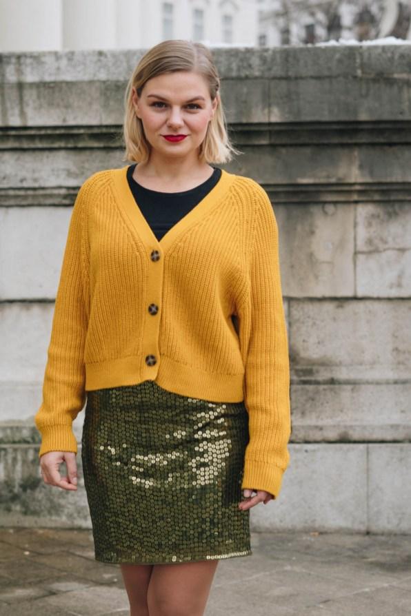 yellowgirl_#Weihnachtsoutfit in Pailletten Rock, gelbem Cardigan und gelben Pumps (5 von 7)