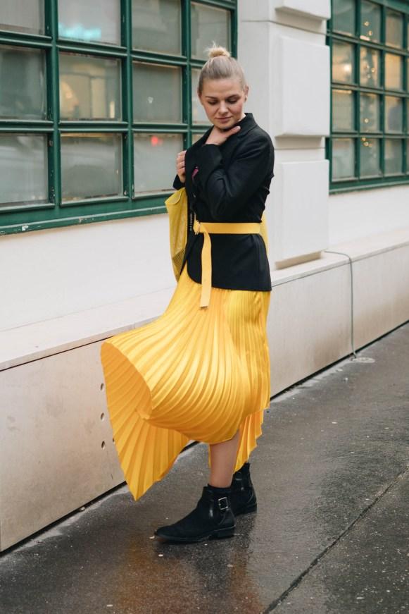 yellowgirl_#Herbstoutfit in Gold gelbem asymetischem Faltenrock, Bandshirt, XL Bag, Moschino Blazer und Cut Out Boots (1 von 9)