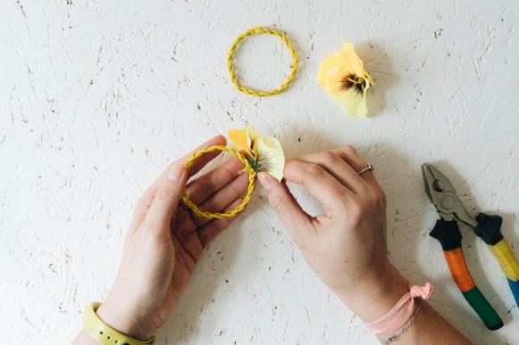 yellowgirl_Minimalistische DIY Valentinstags-Serviettenringe mit Stoffblumen (12 von 26)
