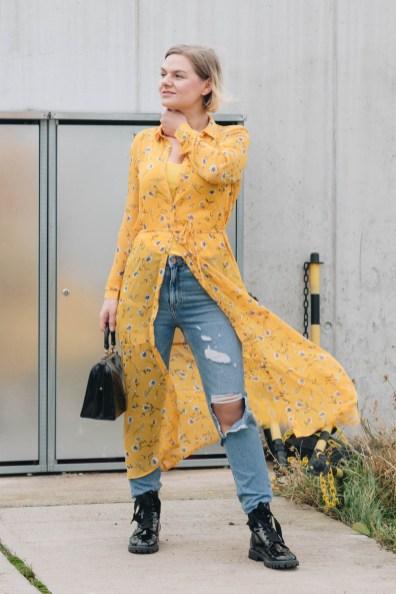 yellowgirl_#Valentinstagsoutfit in Blumenkleid von Only, Jeans von New Look, Lack Boots und Vintage Lack-Handtasche (8 von 11)