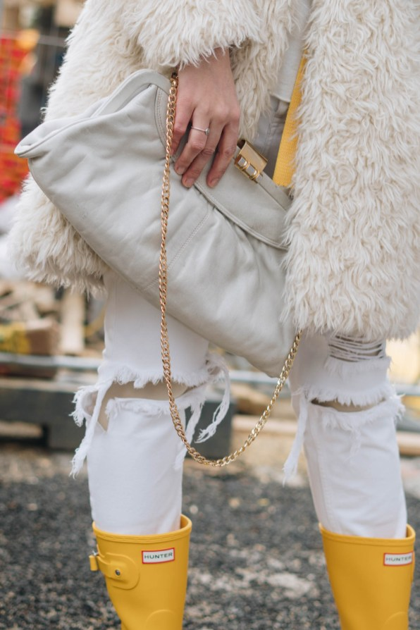 yellowgirl_#Valentinstagsoutfit in winter white Teddymantel, Pullover und ripped Jeans, Hunter Gummiestiefeln und Cat-Eye-Sonnenbrille (17 von 17)