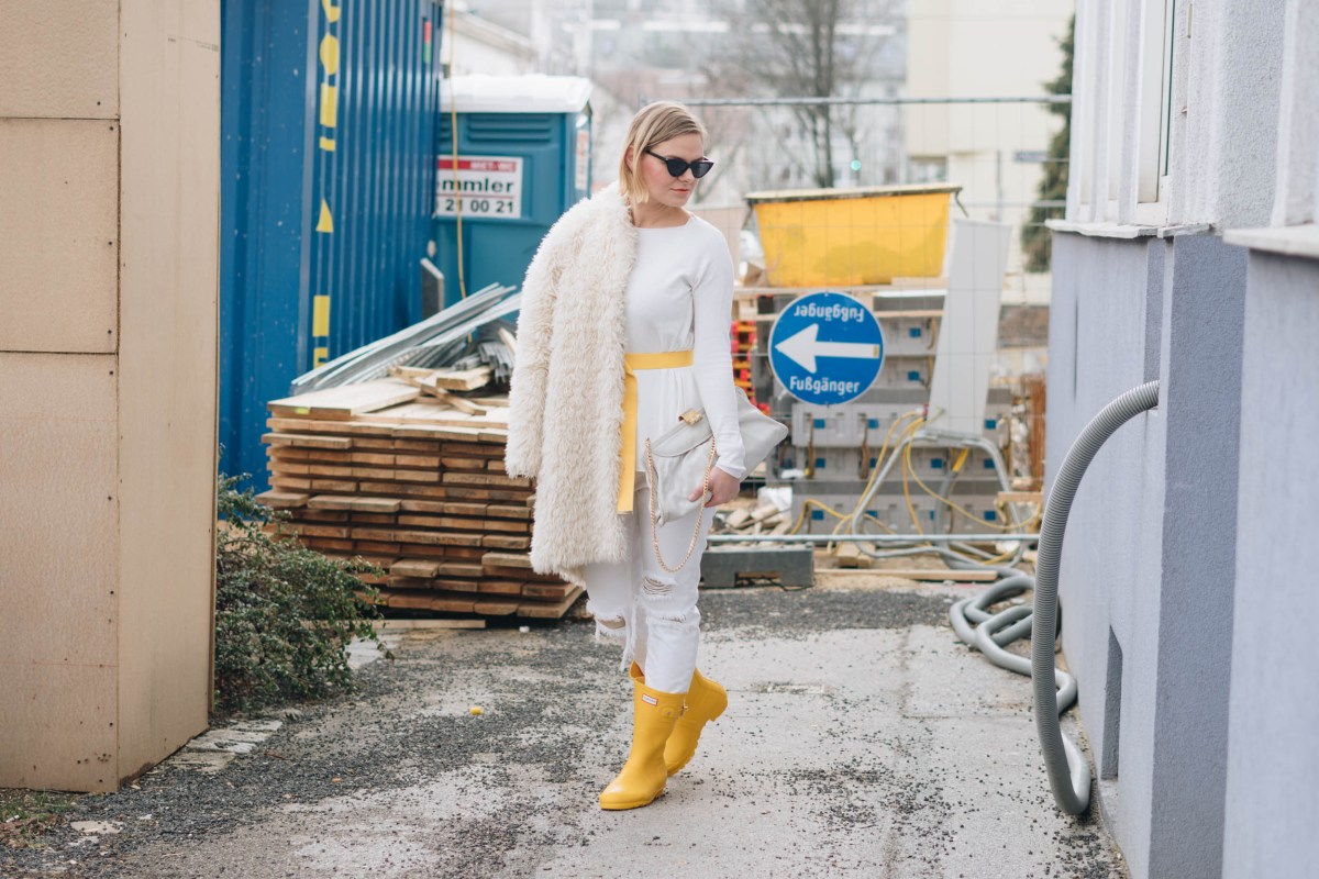 https://i0.wp.com/yellowgirl.at/wp-content/uploads/2019/01/yellowgirl_Valentinstagsoutfit-in-winter-white-Teddymantel-Pullover-und-ripped-Jeans-Hunter-Gummiestiefeln-und-Cat-Eye-Sonnenbrille-7-von-17.jpg?fit=1200%2C801&ssl=1
