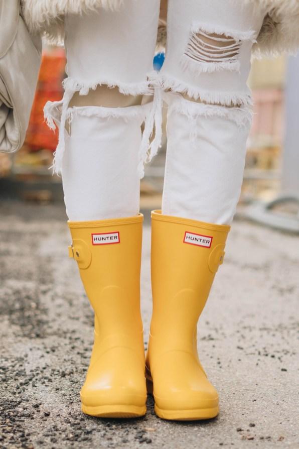 yellowgirl_#Valentinstagsoutfit in winter white Teddymantel, Pullover und ripped Jeans, Hunter Gummiestiefeln und Cat-Eye-Sonnenbrille (9 von 17)