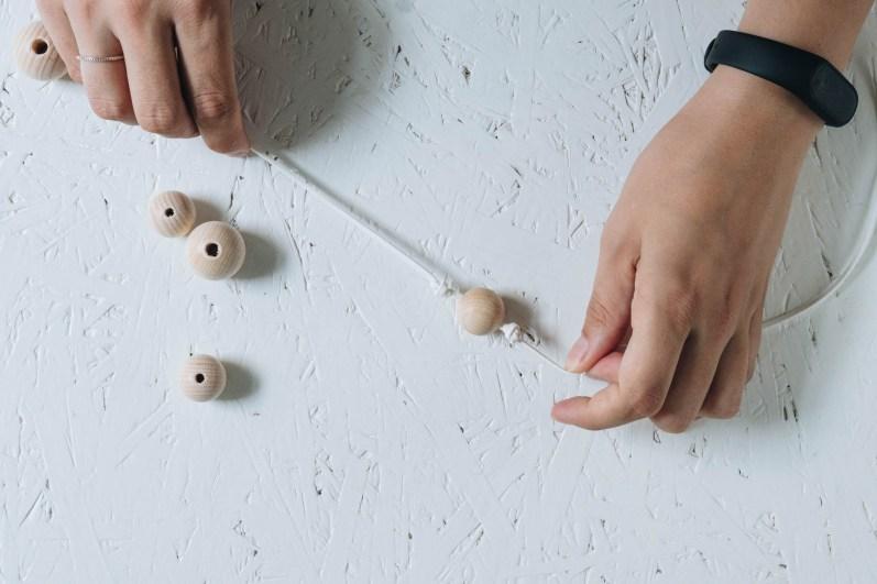 yellowgirl_DIY Vorhangband aus Holzkugeln (2 von 4)