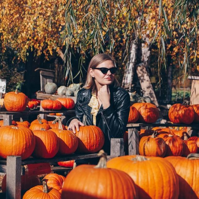 Herbsttrend: Sommerkleid mit derben Boots