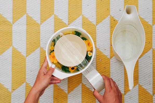 yellowgirl-DIY Sektkühler aus Eis und Blumen (4 von 6)