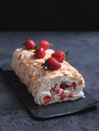 меренговый рулет с ягодами рецепт с фото