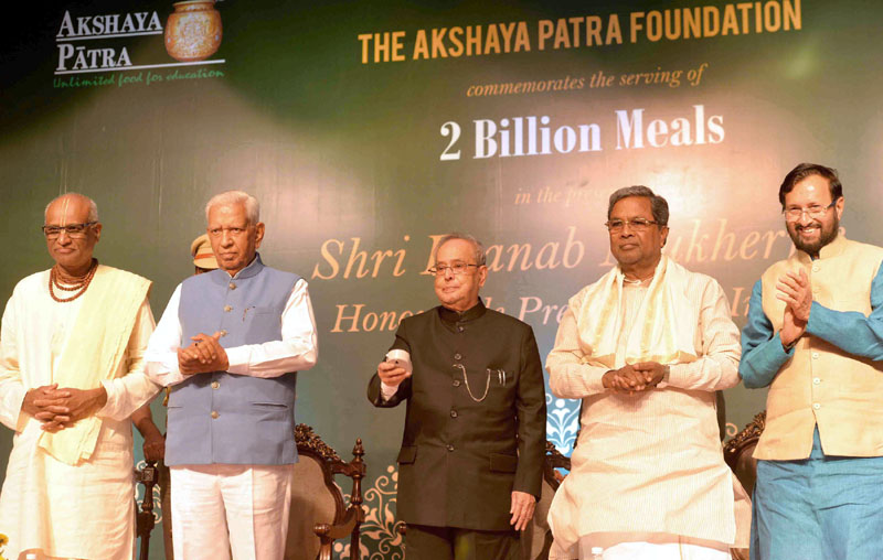 The President, Mr. Pranab Mukherjee gracing the function to commemorate the serving of 2 billion meals of the Akshaya Patra Foundation, at Bangalore, in Karnataka on August 27, 2016. The Governor of Karnataka, Mr. Vajubhai Rudabhai Vala, the Chief Minister of Karnataka, Mr. Siddaramaiah and the Union Minister for Human Resource Development, Mr. Prakash Javadekar are also seen.
