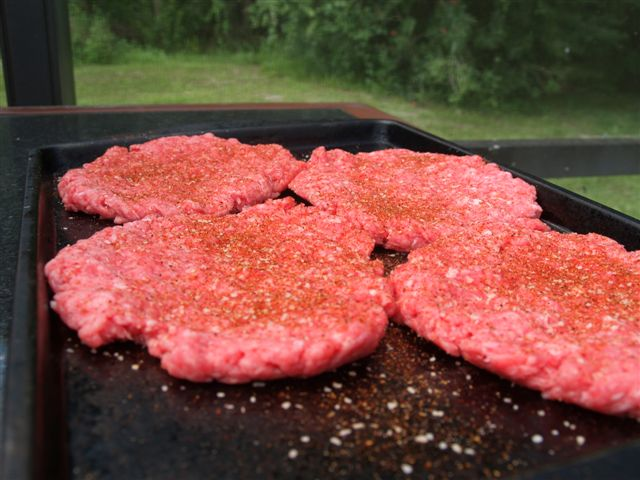 How to Keep Grilled Burgers from Shrinking (1/6)