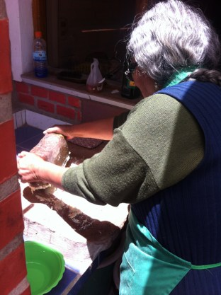 La abuela (grandmother) at the hostel lets me watch how she uses traditional methods to grind raw peanuts ready as an ingredient to the chicken stew for lunch. We later learnt how to make Nogada de Pollo (chicken in a peanut sauce) at a cooking class at our language school