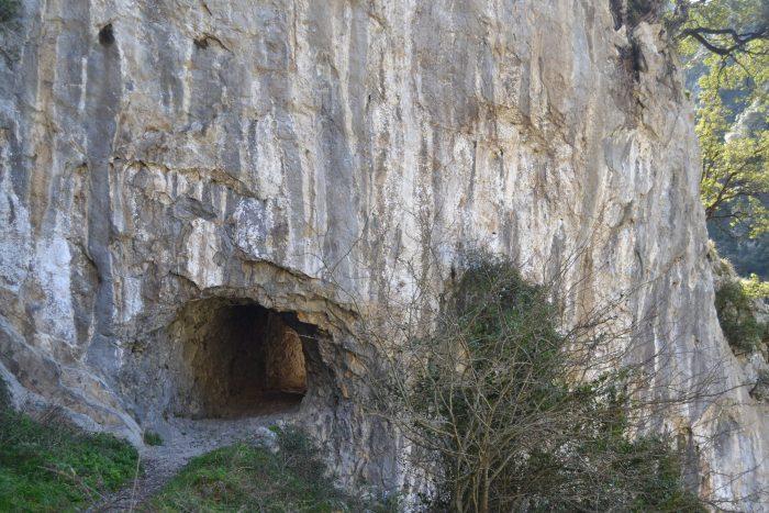 Túnel excavado en la roca