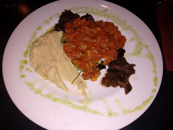 Ensalada de tomate y hummus