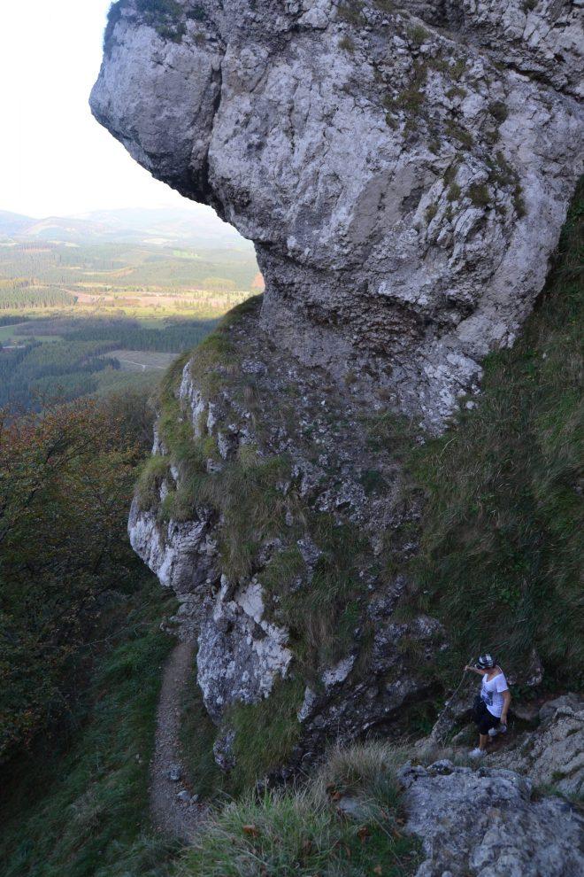 Bajada entre rocas