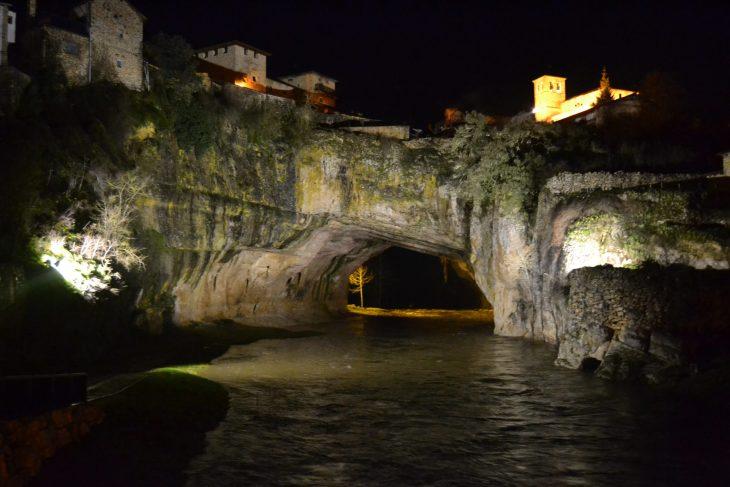 Puente natural iluminado de Puentedey
