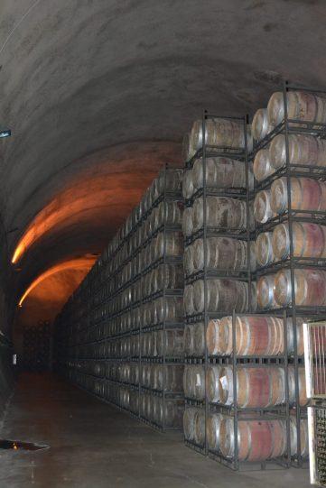 Túnel subterráneo lleno de barricas