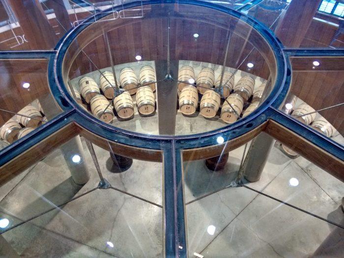 Vista de la sala de barricas desde el suelo de cristal